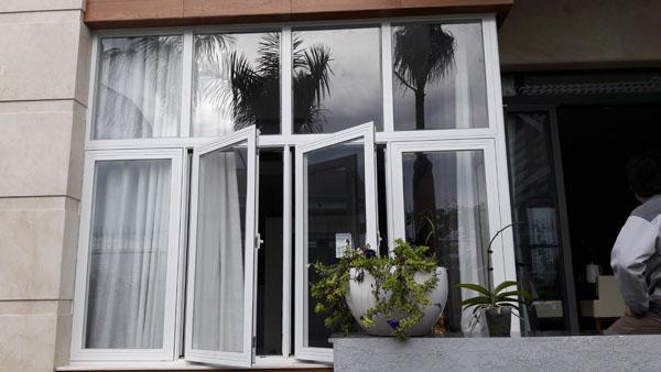 Cửa khung nhôm kính cao cấp Xingfa kết hợp vách kính màu trắng sứ