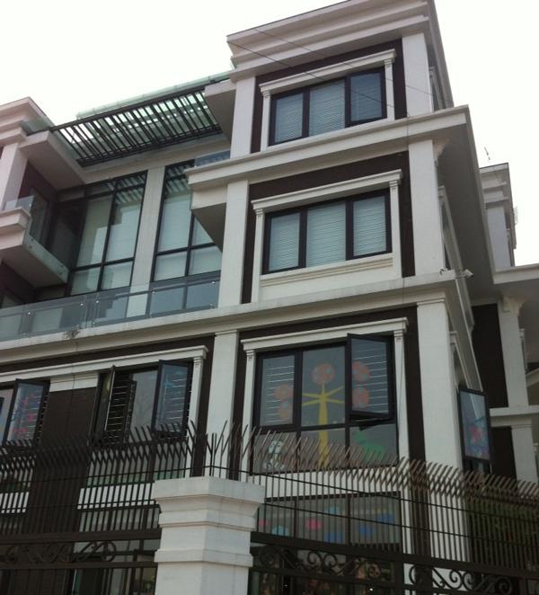 Cửa khung nhôm kính cao cấp Xingfa lắp đặt cho biệt thự