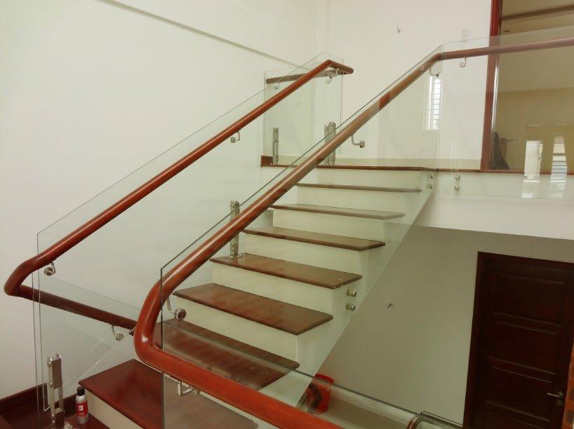 cầu thang kính không trụ tay vịn gỗ