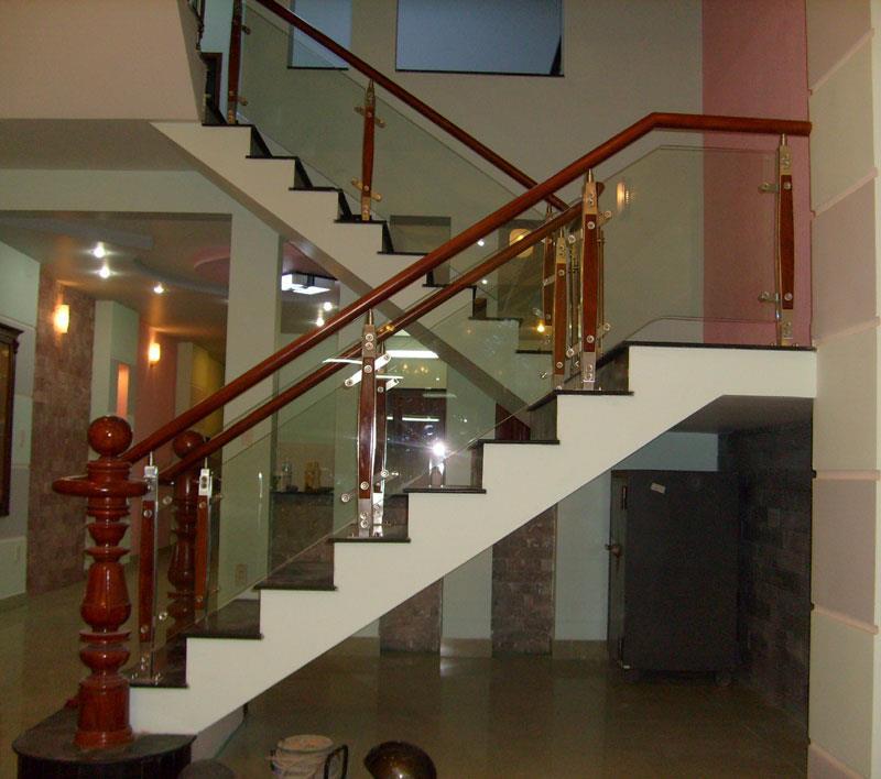 Cầu thang kính vịn tay gỗ