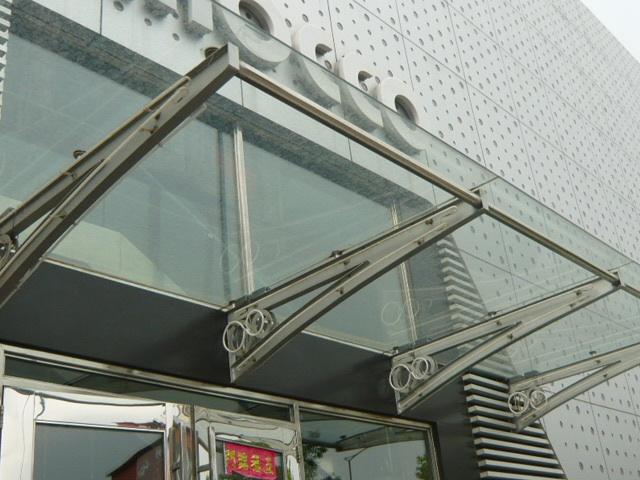 Mái kính cường lực khung sắt